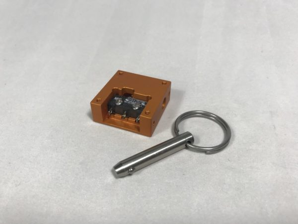 Pull pin switch with pin set by its side